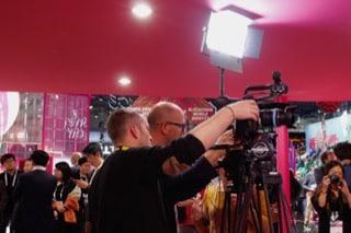 Kameramann richtet Kamera ein auf MWC2019